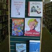 Serieromaner uppställda på bokhylla på ett bibliotek