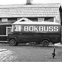 Svartvit bild av Uppsalas biblioteksbuss. Foto: Nils Mårdfeldt