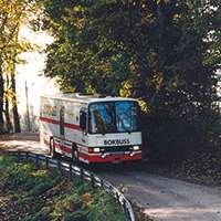 Uppsalas biblioteksbuss på tur genom skogsområde. Foto: Rolf Hamilton