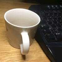 Kaffekopp bredvid ett tangentbord. Foto: Carin Carlsson
