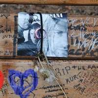 Ett fotografi av Kurt Cobains på hans minnesbänk i Viretta Park.