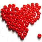 Hjärta gjort av röda pärlor.