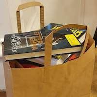 Kasse med böcker