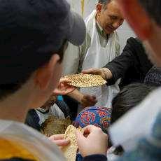 Det judiska osyrade brödet matza delas ut till barn.