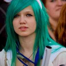 Flicka med grönt hår på mangakonvetet UppCon i Uppsala.