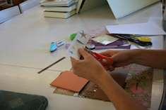 Gabriella med sax och papper