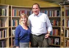 Stefan Löfven tillsammans med Gottsundabibliotekets platsansvarig Sara Bengtsson på Gottsundabiblioteket