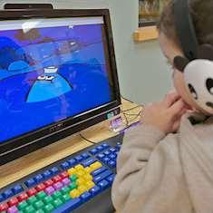 Pojke vid dator.