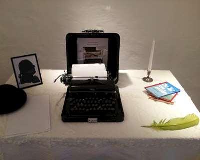 En gammal skrivmaskin på ett skrivbord.